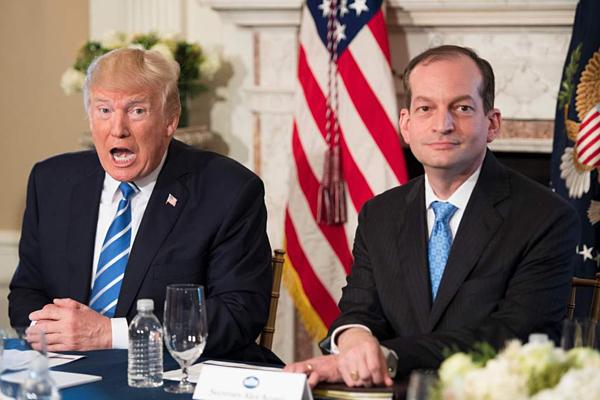 Alexander Acosta (phải)là Bộ trưởng mới nhất trong chính quyền Trump phải từ chức.