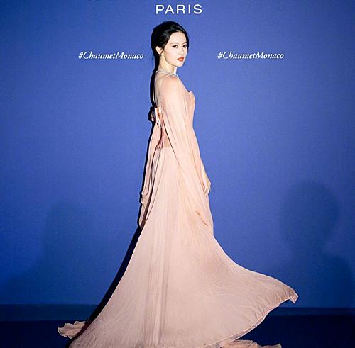 Mới đây, Lưu Diệc Phi dự triển lãm trang sức ở Monaco với tư cách là người mẫu của nhãn hàng cô làm đại diện.
