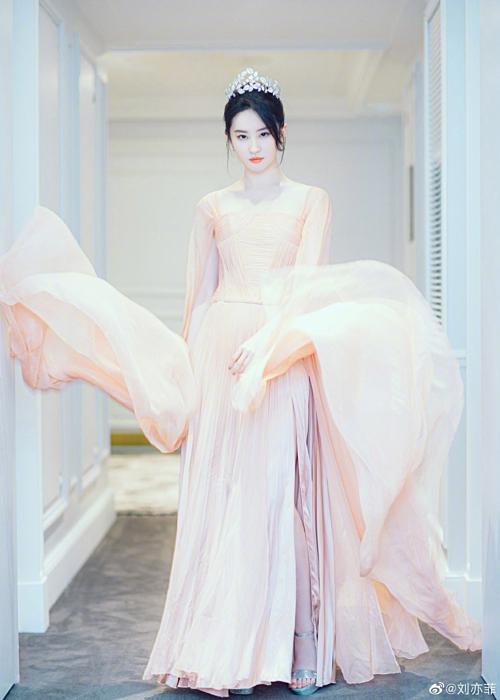 Những hình ảnh này đang gây sốt mạng xã hội Weibo. Lưu Diệc Phi được khen đẹp như thần tiên tỷ tỷ Nhiều năm qua, các gương mặt mới liên tiếp xuất hiện trên màn ảnh Hoa ngữ nhưng chưa ai vượt qua được đẳng cấp nữ thần của Lưu Diệc Phi.