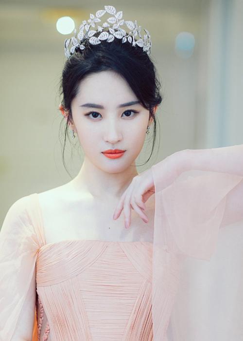 Nữ diễn viên đội vương miện quý phái, hóa thân thành công chúa lộng lẫy trong bộ đầm màu pastel.