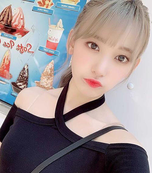 akura cũng kết hợp áo trễ vai cổ chéo cùng áo lót có quai dây trong. Thành viên nhóm IZONE được nhiều netizen ngợi khen nhờ phong cách ăn diện tinh tế.