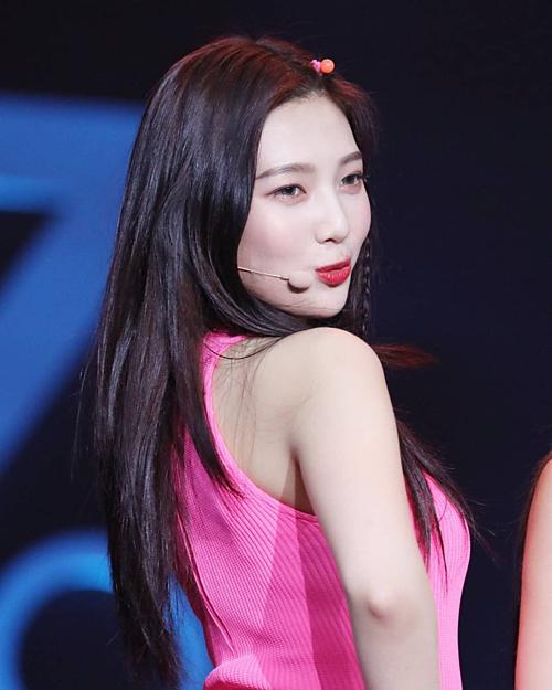Không nằm ngoài danh sách các idol mặc đẹp, Joy (Red Velvet) tinh ý chọn chiếc áo lót có dây quai trong khiến tổng thể hợp mắt công chúng.