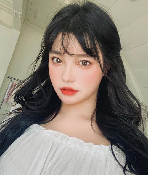 Các cô nàng ulzzang Hàn đang cực kì chuộng đánh son đỏ cam kiểu lòng môi theo trend môi xíu muội. Cách trang điểm này vưà tránh được lỗi môi nổi nhất khuôn mặt, vừa hợp với những cô nàng ưa make-up sương sương nhẹ nhàng.