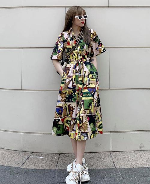 Thiều Bảo Trâm kết hợp váy Burberry cùng giày Gucci, túi Chanel tạo nên set đồ chất chơi dạo phố.