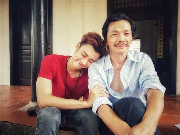 Vương Anh Ole và NSƯT Trung Anh trên phim trường Về nhà đi con.