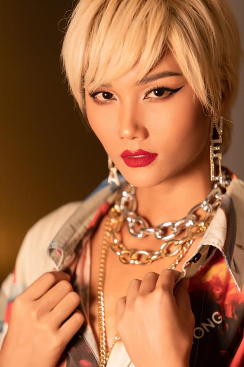 Tóc giả màu bạch kim giúp HHen Niê nổi bật ở sự kiện.