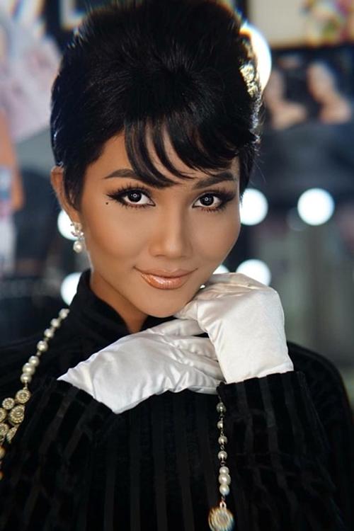Dự Tuần lễ Thời trang Quốc tế Việt Nam, HHen Niê để kiểu tóc bới giống Audrey Hepburn - huyền thoại màn bạc thế kỷ 20.