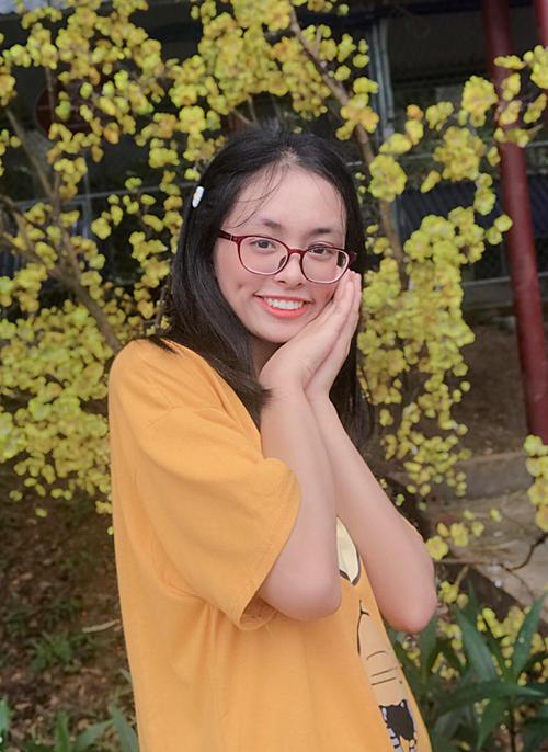 Nguyễn Thị Trà My - thủ khoa khối D1 với 28.4 điểm.