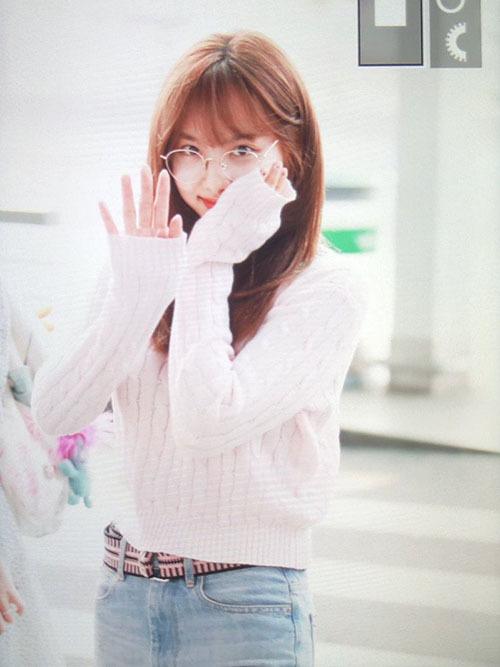 Các cô Twice lại tiếp lục lên đường ra sân bay. Sau nhiều bị chê quá xuề xòa, Na Yeon đã chịu trang điểm, tạo dáng cute khi thấy ống kính của fan.