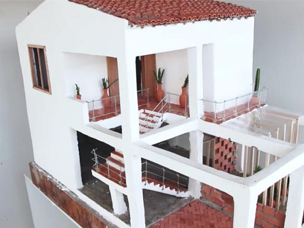 Ngôi nhà nhỏ này có 2 tầng, sân ngoài trời và mái nhà cổ điển.