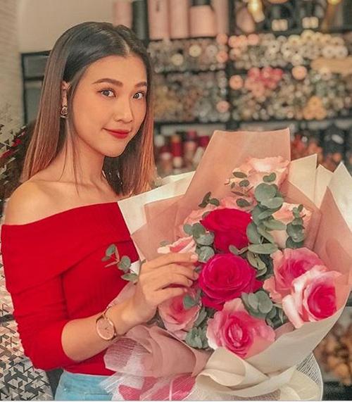 Hoàng Oanh khoe hoa bạn trai tặng.
