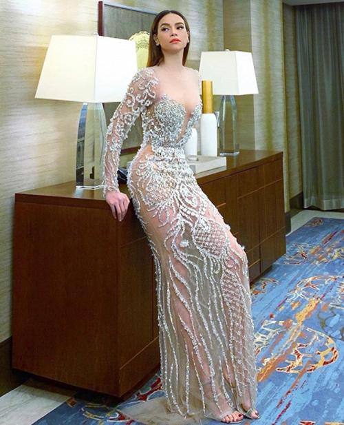 Diện chiếc váy mỏng như sương, Hà Hồ khoe đường cong và chân dài.