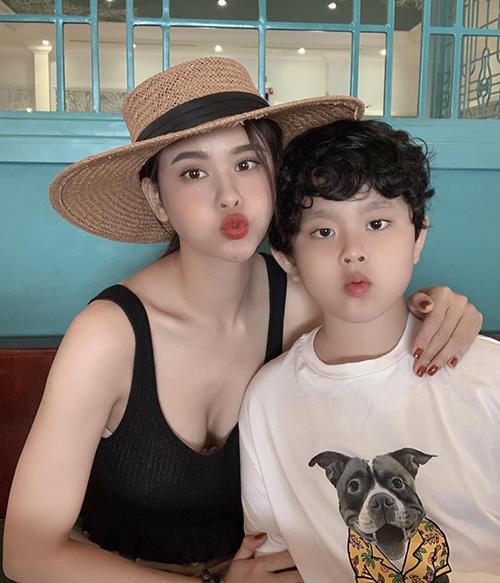 Trương Quỳnh Anh và con trai trông giống nhau như hai giọt nước.