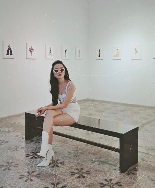 Băng Di sang chảnh đi xem triển lãm thời trang.