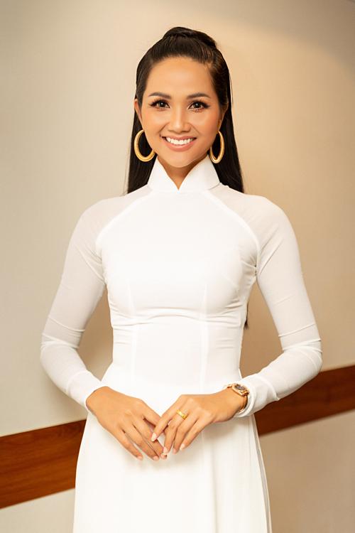 Tóc dài cột cao, mặc áo dài trắng mang đến sự nền nã cho HHen Niê.