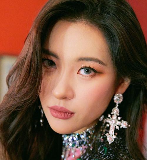 Việc kéo đường eyeliner quá dài khiến đôi mắt Sun Mi trở nên thiếu tự nhiên.