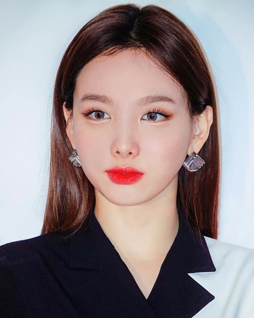 Trong một lần kẻ mắt sắc nét hiếm hoi, Na Yeon (Twice) trông kiêu kì hơn làm nhiều fan thổn thức.