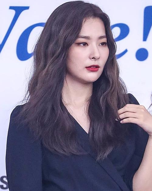 Seul Gi được chuyên gia trang điểm nhấn nhá đôi mắt bằng đường eyeliner kẻ đậm dài giúp mắt thêm to.