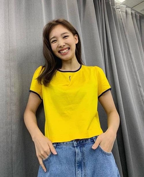 Na Yeon cười tít mắt lộ răng thỏ đáng yêu.