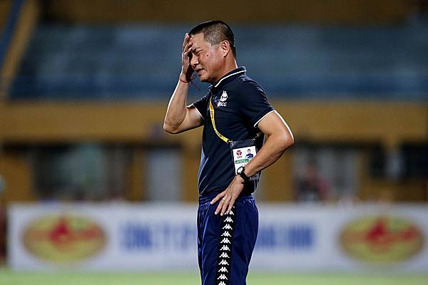 HLV Chu Đình Nghiêm thất vọng trước quyết định thổi phạt của trọng tài. Ảnh: Hà Nội FC