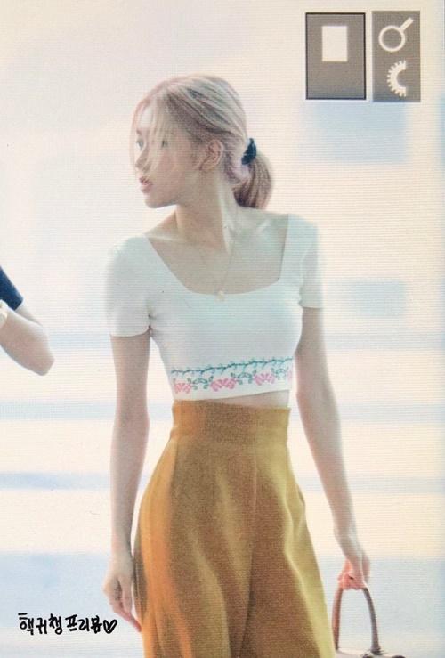 Áo crop top, quần cạp cao giúp Rosé khoe được vòng eo nhỏ xíu.