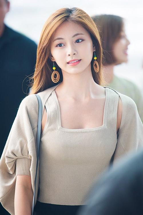 Nữ idol ăn mặc đơn giản, trang điểm nhẹ nhàng nhưng vẫn tỏa sáng.