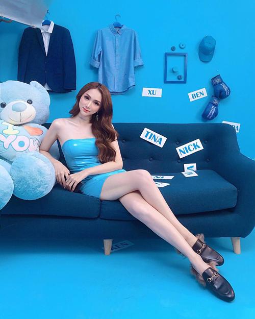 Mặc chiếc váy PVC khoe da trắng không tì vết, Hương Giang được ví với búp bê sống.