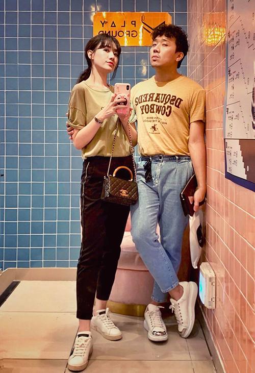 Trấn Thành và Hari Won diện đồ đôi đi xem phim.