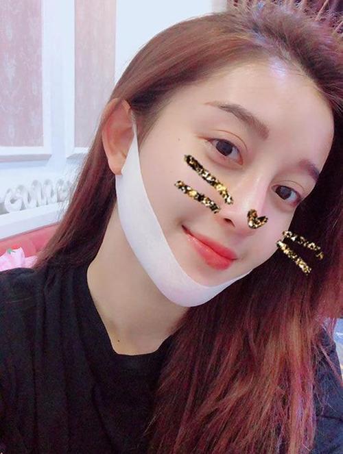 Thói quen đeo mặt nạ V-line được Huyền My duy trì từ vài năm nay. Trên trang cá nhân, cô thường xuyên khoe ảnh dùng món đồ làm đẹp yêu thích trước lúc đi ngủ.