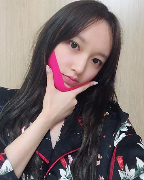 Mặt nạ V-line là món đồ làm đẹp phổ biến ở Hàn Quốc.Thành phần tạo nên Vline Mask đến từ vải sợi tự nhiên, bên trong có tẩm các thành phần dưỡng da với tác dụng làm tăng sợi collagen, dưỡng da ngăn ngừa lão hóa. Khi được bó sát vào vùng da, mặt nạ ép sát, giúp dưỡng chất thâm sâu hơn, cải thiện làn da nhanh nhất có thể.