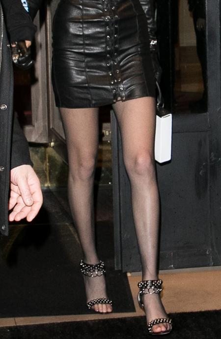 Qua đôi chân, bạn có phân biệt được Gigi và Bella Hadid? (2) - 6