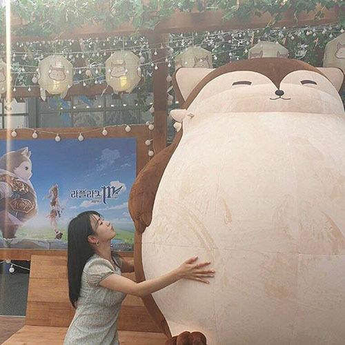 Bomi (Apink) không cưỡng lại sức hút của thú nhồi bông khổng lồ.