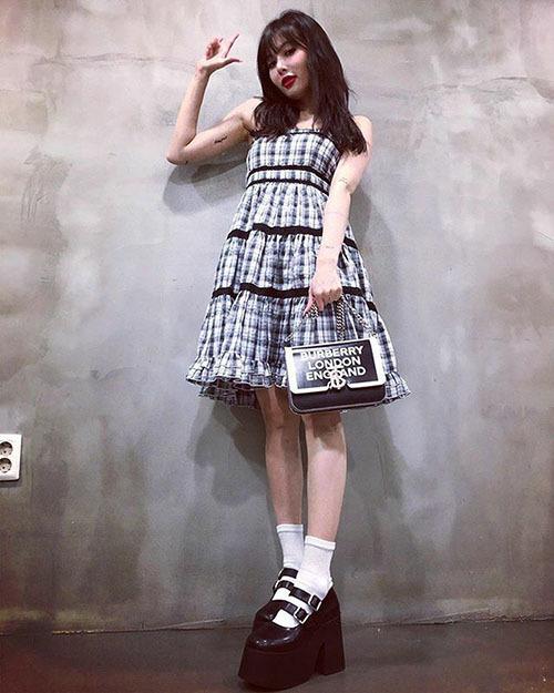 Hyuna gây sốc với đôi giày đề khủng, nữ ca sĩ diện đồ theo phong cách búp bê ngọt ngào.