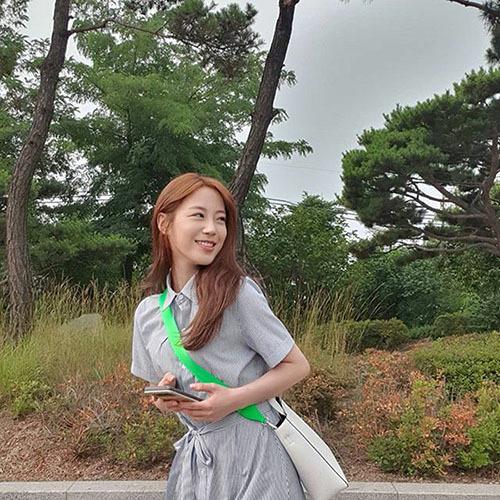 Cựu thành viên Kara Young Ji trang điểm nhẹ nhàng vẫn xinh đẹp.