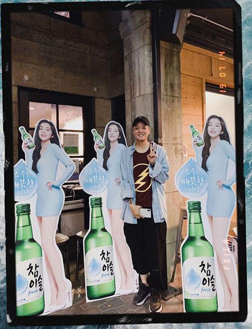 Amber (F(x)) thích thú khi bắt gặp banner quảng cáo của đàn chị Irene (Red Velvet).