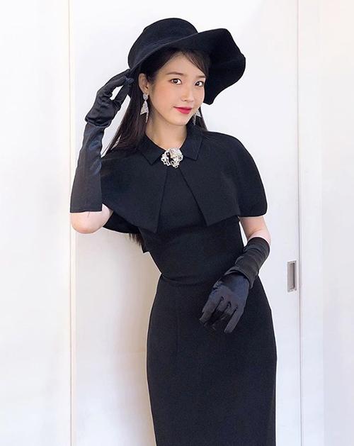 Váy áo của IU trong phim đều được thiết kế với kiểu dáng cổ điển, thanh lịch, gợi nhớ đến những năm 40-50.