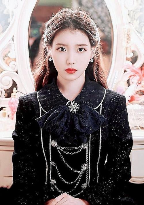 Để vào vai một quý cô xinh đẹp, quyến rũ đến từ quá khứ, IU đầu tư toàn bộ trang phục theo phong cách quý tộc, toát lên nét sang trọng và đẳng cấp.
