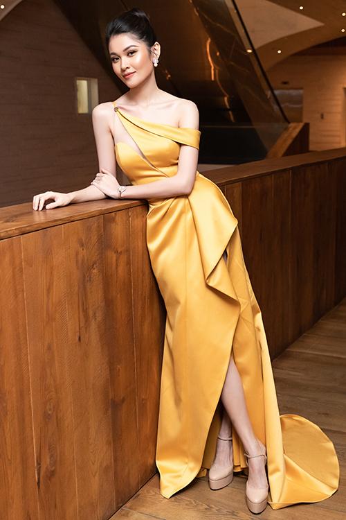 Tối 16/7, Á hậu Thùy Dung làm MC một sự kiện tại TP HCM. Người đẹp chọn váy cắt xẻ, tông màu vàng nổi bật của nhà thiết kế Nguyễn Hà Nhật Huy.