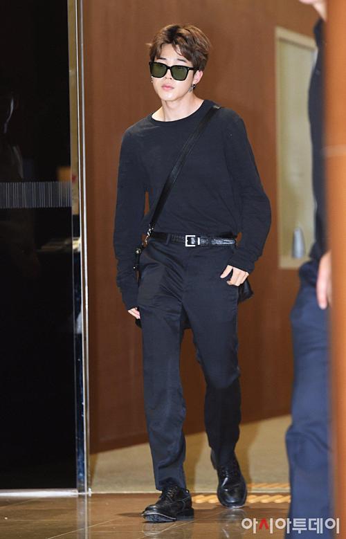 Ji Min đeo kính đen che đôi mắt thiếu ngủ vì lịch trình bận rộn.