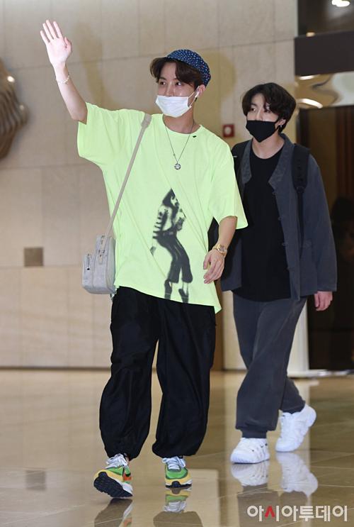 V - Jung Kook (BTS) mặc đồ đôi tại sân bay về Hàn Quốc - 3