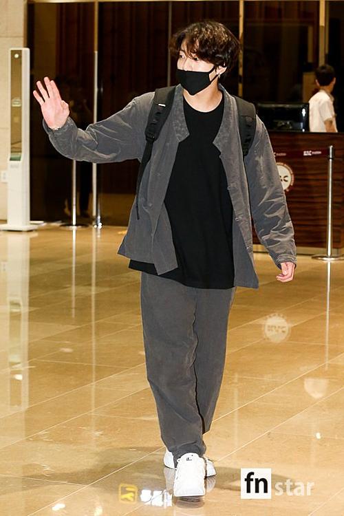 Jung Kook cũng diện một bộ hanbok tương tự V, chỉ khác về màu sắc. Màn diện đồ đôi của VKook khiến các fan thích thú. Tờ Newsen củaHàn Quốc còn đặt nghi vấn về việc V và Jung Kook dùng chung tủ quần áo. Jung Kook cũng đã từng mặc bộ hanbok màu đen giống hệt của V cách đây không lâu.
