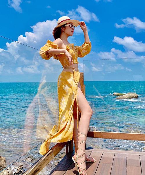 Thúy Ngân diện váy xẻ cao khoe chân dài giữa biển trời Phú Quốc.