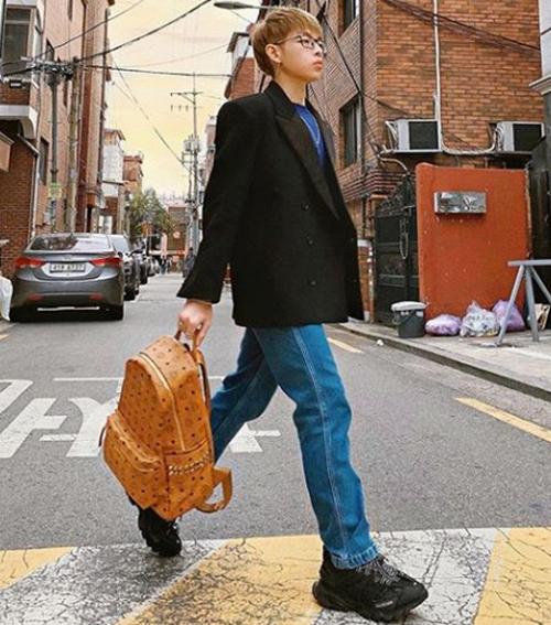 Đức Phúc mặc sành điệu dạo phố Seoul.