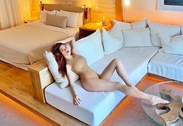Hà Hồ diện bodysuit màu nude khoe thân hình quyến rũ.