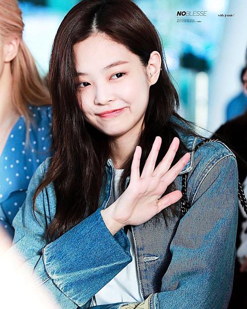 Jennie (Black Pink) không ít lần ra sân bay với mái tóc hết sức bình thường bất chấp việc Lisa, Jisoo, Rosé luôn dành thời gian chăm chút cho mái tóc. Tuy vậy,