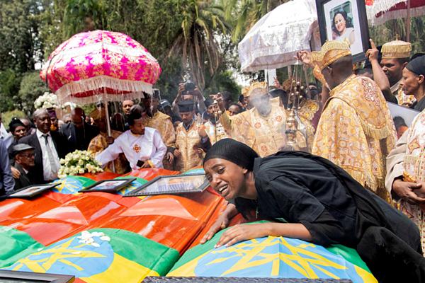 Người thân của các nạn nhân đặt hoa tại hiện trường vụ rơi máy bay ở Ethiopia. Ảnh: Reuters.