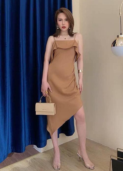 Thiết kế váy ôm màu be, kiểu dáng hai dây trễ vai nữ tính bắt đầu thành hot trend mua sắm trên mạng xã hội sau khi được Nhã lăng xê.