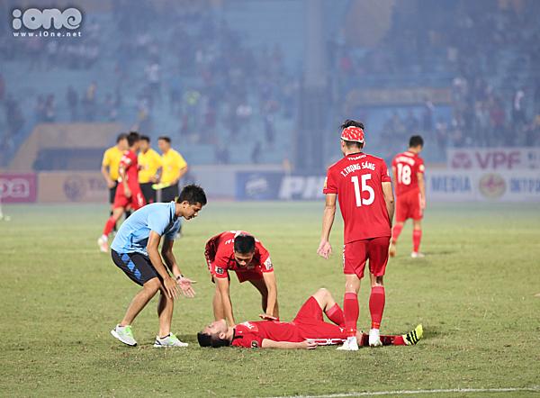 Xuân Trường nằm dài trên sân khi HAGL có được một điểm quý giá từ trận hòa Hà Nội FC.