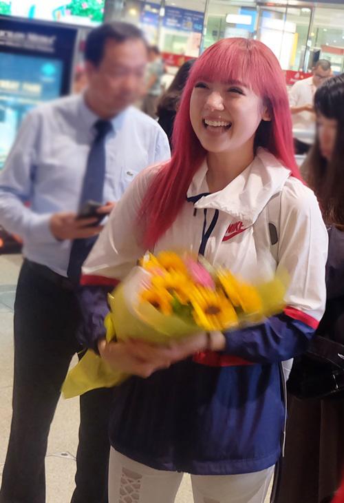 Nữ ca sĩ Thái Lan ăn mặc đơn giản với trang phục thể thao, toát lên vẻ năng động ở tuổi 19. Mái tóc đỏ của Jannine Weigel là điểm nhấn thu hút chú ý.