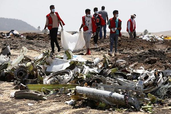 Hiện trường mảnh vỡ từ vụ máy bay rơi ở Ethiopia.Ảnh: Reuters.